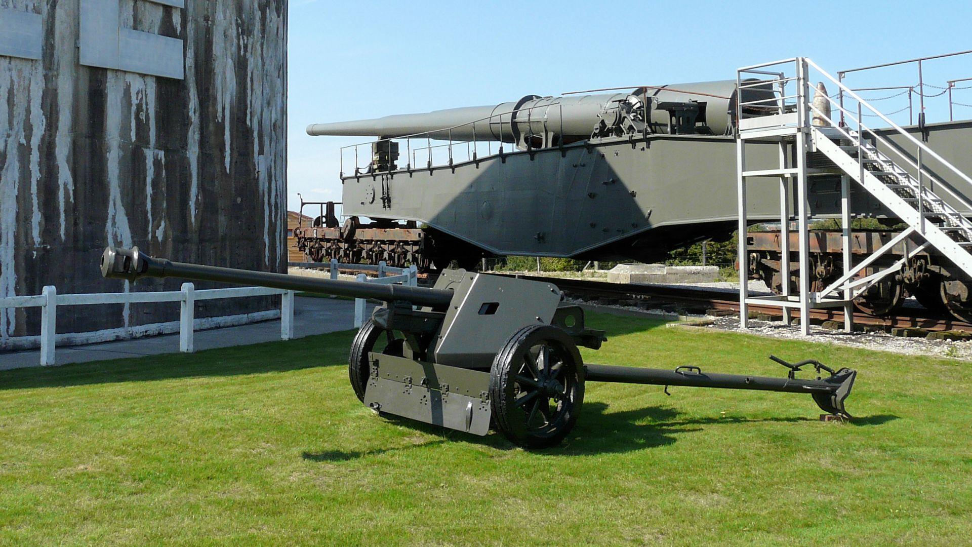 PAK 40 anti-tank gun and K5 28cm railway gun.